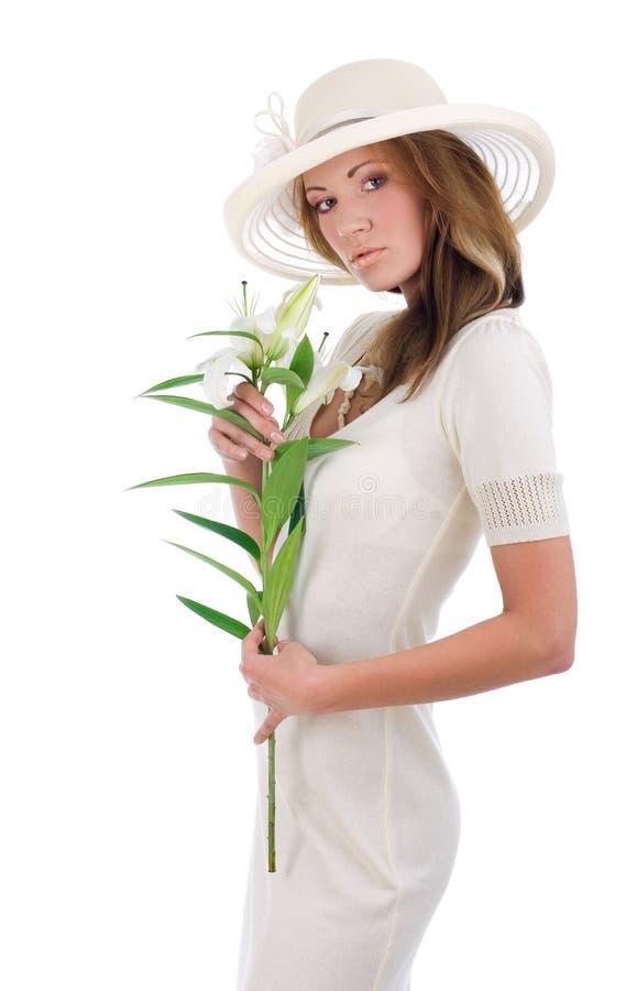 Mulher bonita nova em um chapéu branco imagem de stock