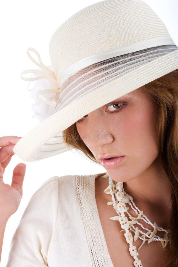 Mulher bonita nova em um chapéu branco imagens de stock