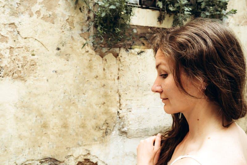A mulher bonita nova em um dia de verão está estando no perfil imagens de stock
