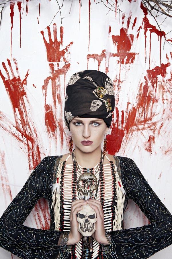 Mulher bonita nova em uma decoração indiana imagens de stock