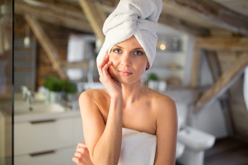 Mulher bonita nova envolvida nas toalhas fotos de stock royalty free