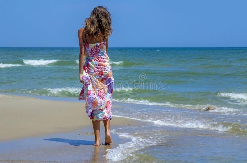 A mulher bonita nova feliz do viajante aprecia sua praia tropical imagens de stock royalty free