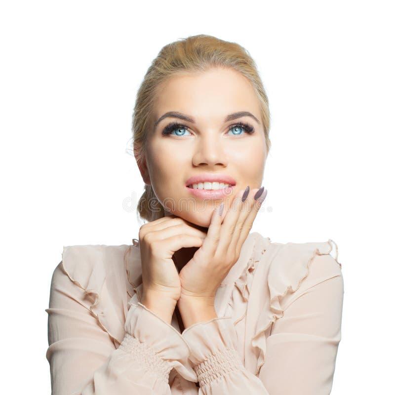 Mulher bonita nova isolada no fundo branco Menina de sorriso que olha acima no branco imagens de stock royalty free