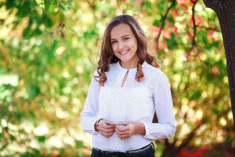 Mulher bonita nova Menina de sorriso do adolescente da beleza no parque do outono imagens de stock royalty free
