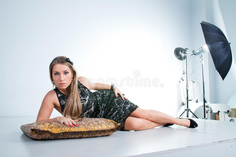 Mulher bonita nova, menina loura, estúdio imagens de stock