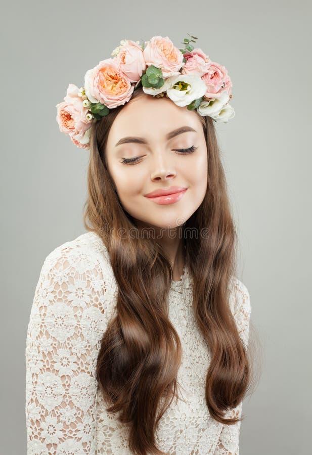 Mulher bonita nova Menina modelo bonita com a pele clara, cabelo brilhante longo e flores relaxando imagens de stock royalty free