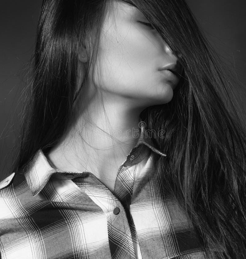 Mulher bonita nova na camisa de manta imagem de stock royalty free