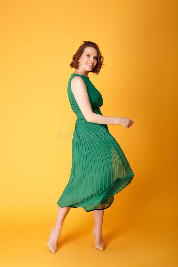 mulher bonita nova na dança verde do vestido fotos de stock royalty free