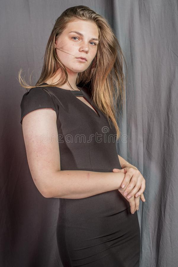 Mulher bonita nova na imagem glamoroso do vestido preto imagem de stock royalty free