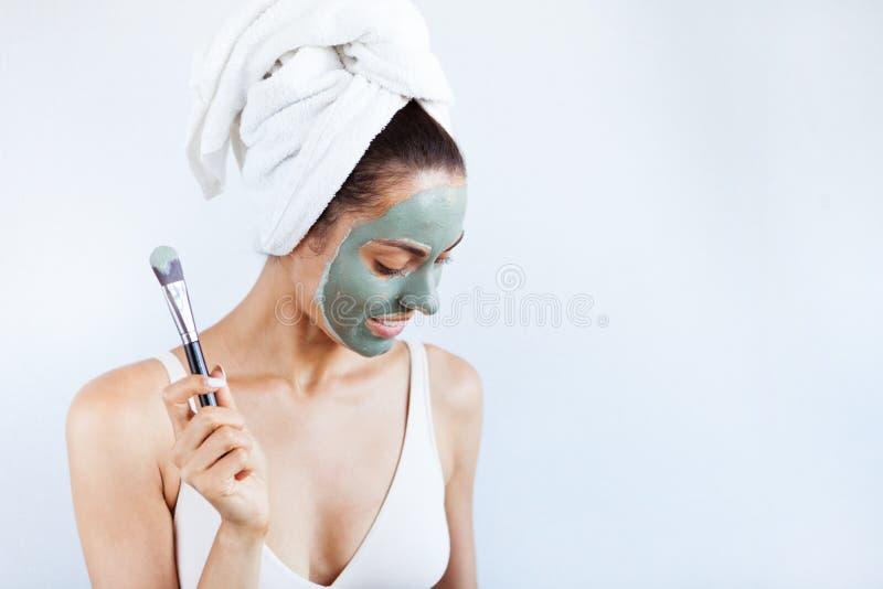 Mulher bonita nova na máscara protetora da lama azul terapêutica Termas fotografia de stock royalty free