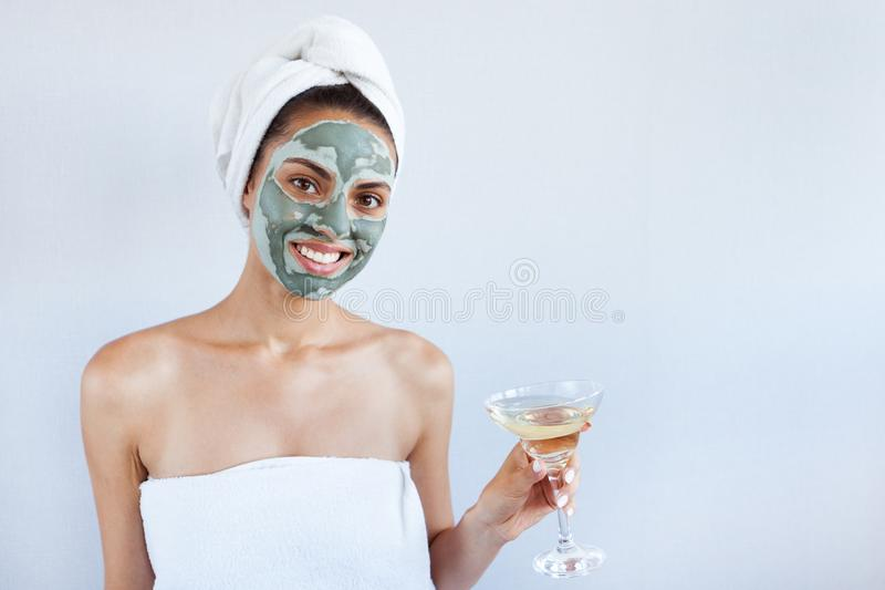 Mulher bonita nova na máscara protetora da lama azul terapêutica Termas fotografia de stock