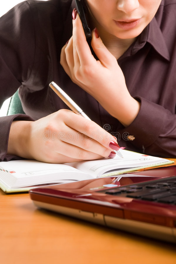 Mulher bonita nova na mesa que escreve uma nota. fotos de stock