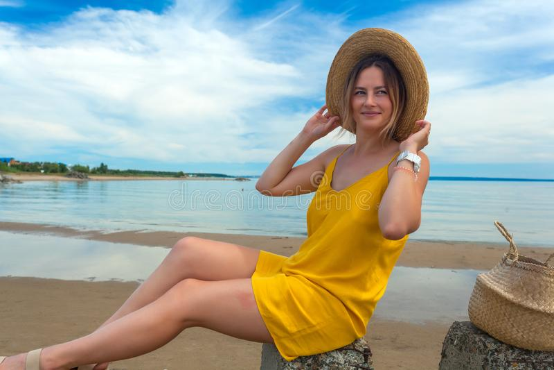 Mulher bonita nova na praia foto de stock