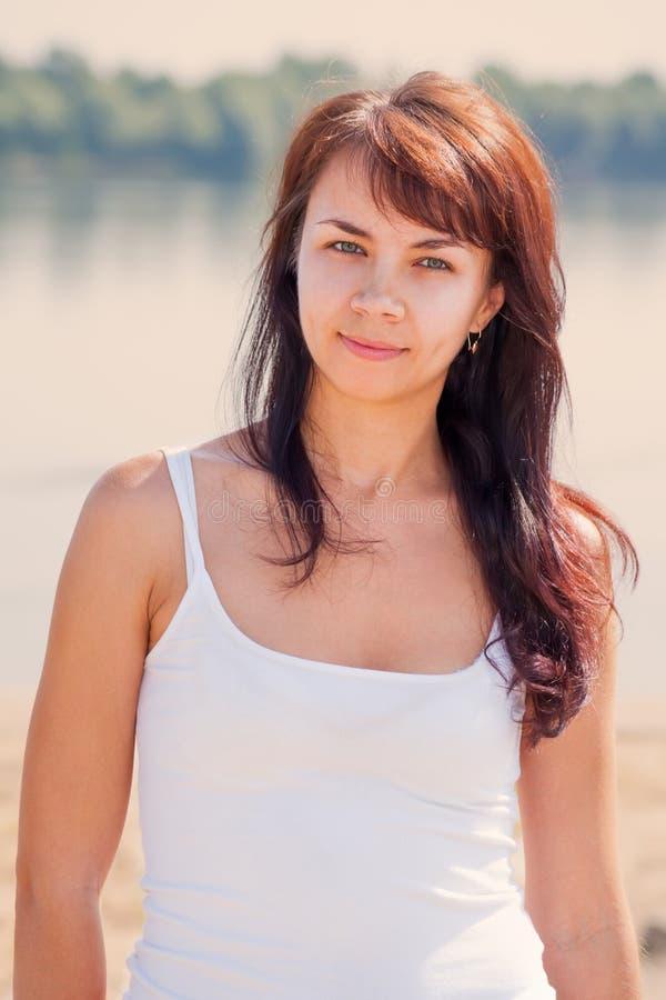 Mulher bonita nova na praia fotos de stock