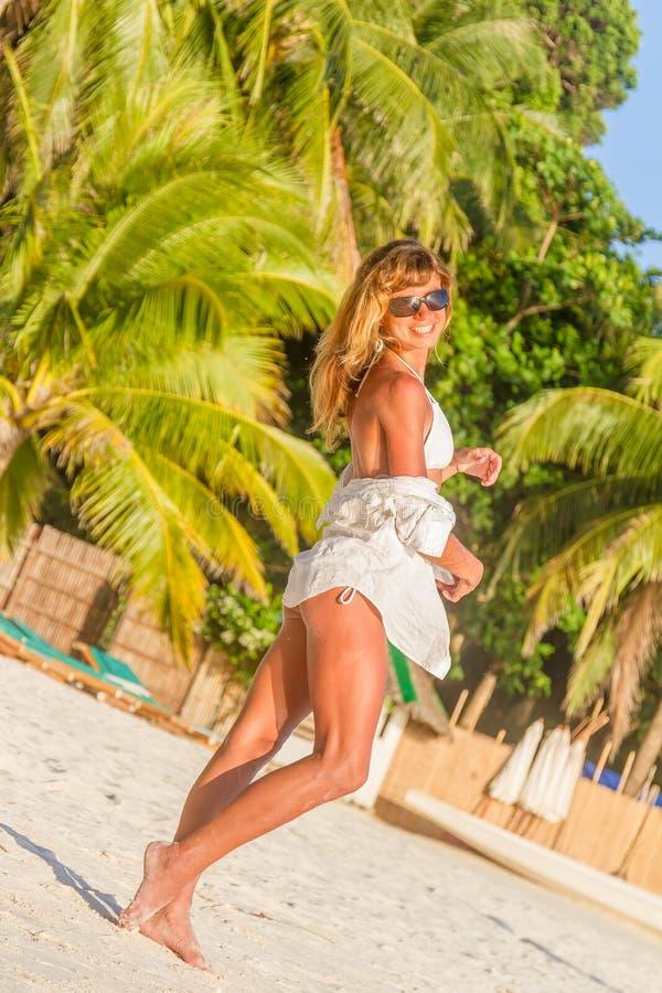 Mulher bonita nova na praia tropical, férias de verão foto de stock royalty free