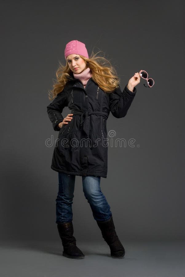 Mulher bonita nova na roupa do inverno foto de stock royalty free