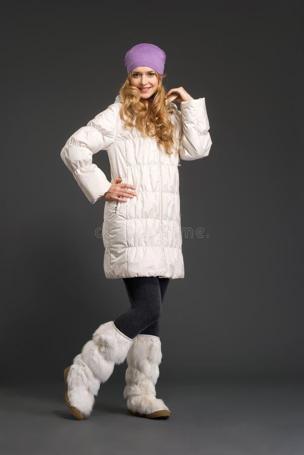 Mulher bonita nova na roupa do inverno fotografia de stock royalty free
