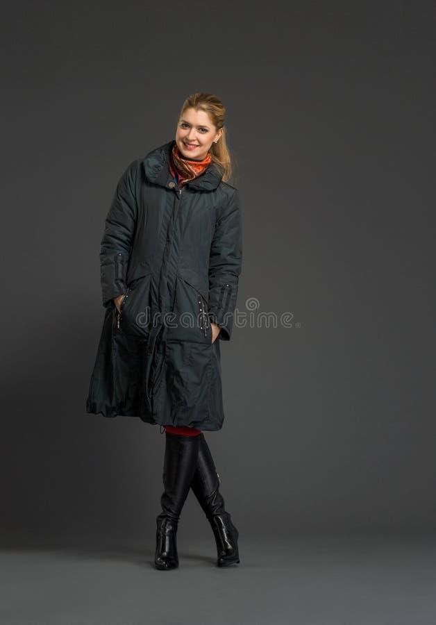 Mulher bonita nova na roupa do inverno fotografia de stock