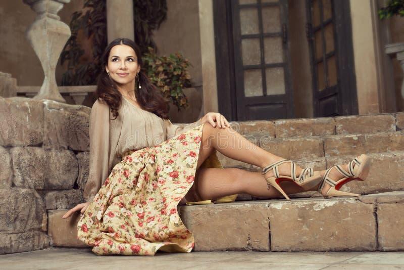 Mulher bonita nova na saia da flor foto de stock royalty free