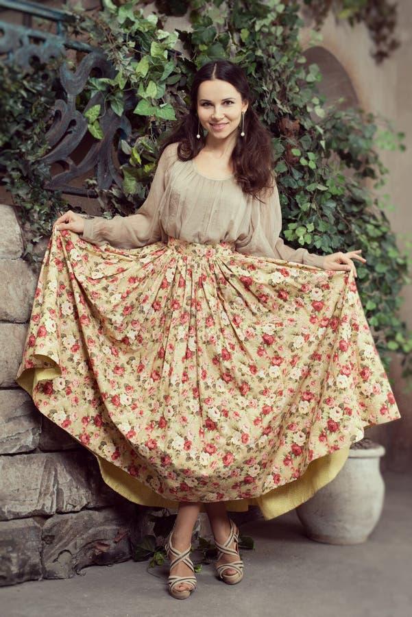 Mulher bonita nova na saia da flor fotografia de stock royalty free