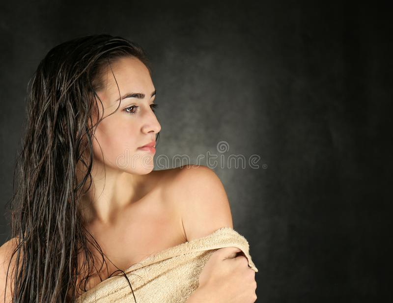 Mulher bonita nova na toalha imagens de stock royalty free