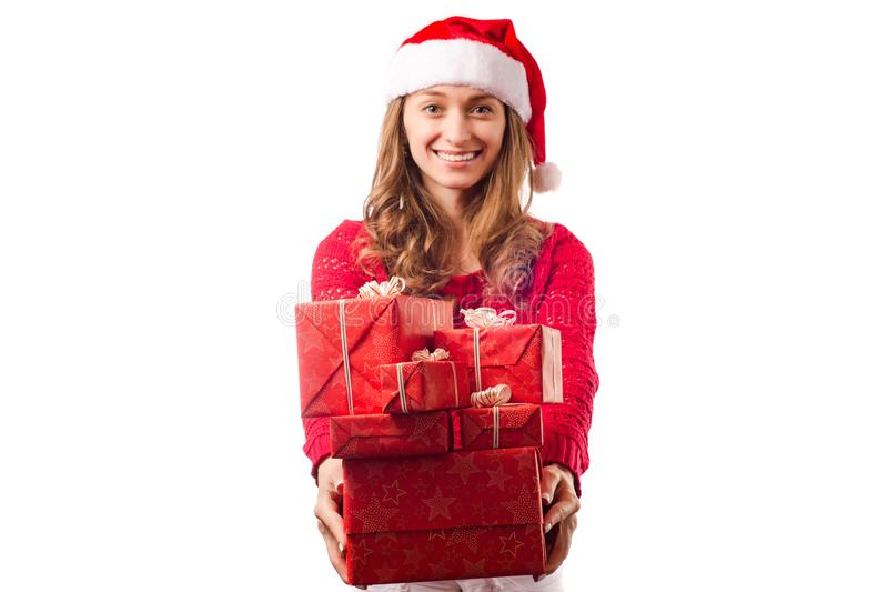 Mulher bonita nova nas mãos que guardam um presente de época natalícia do Natal do ano novo fotografia de stock