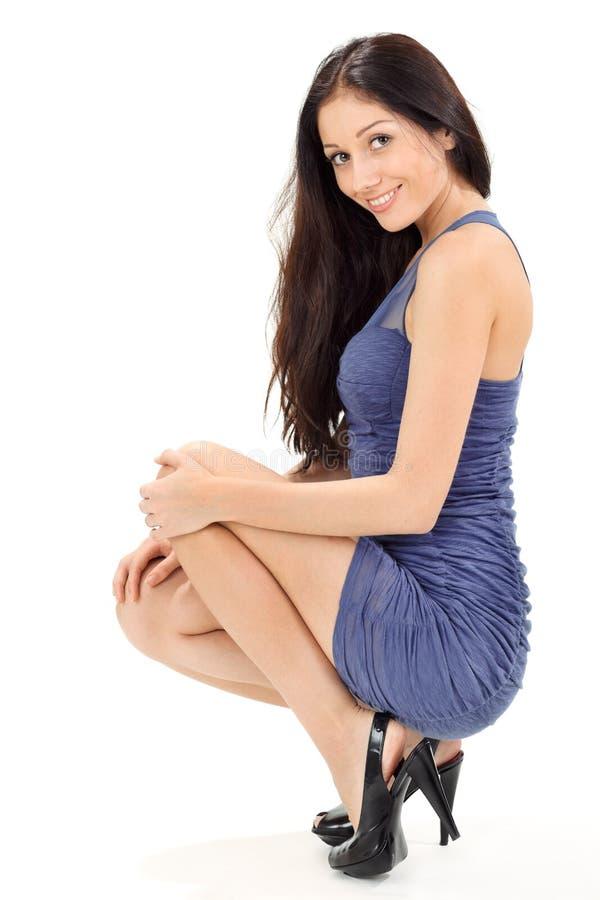 A mulher bonita nova no azul plissado sol-veste-se imagens de stock