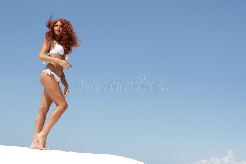Mulher bonita nova no biquini branco fotos de stock royalty free