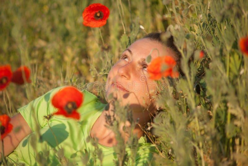 Mulher bonita nova no campo de cereal no verão imagem de stock