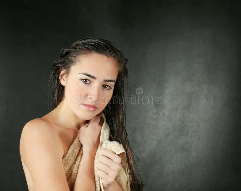 Mulher bonita nova no chuveiro de toalha fotos de stock