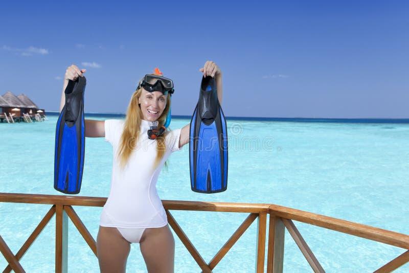 Mulher bonita nova no equipamento para mergulhar no sundeck sobre o mar maldives foto de stock royalty free