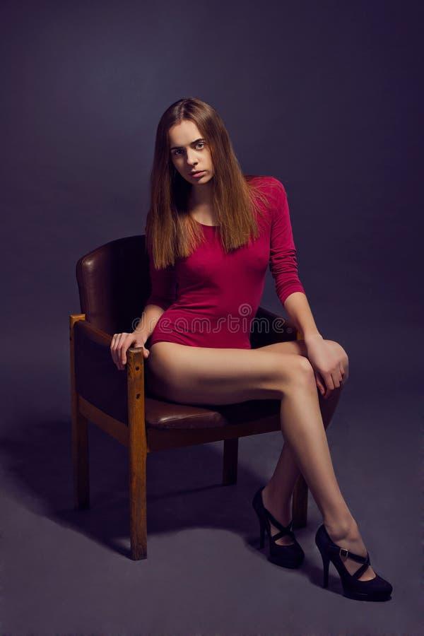 Mulher bonita nova no escarlate dos kombidress Sho do modelo de forma fotos de stock
