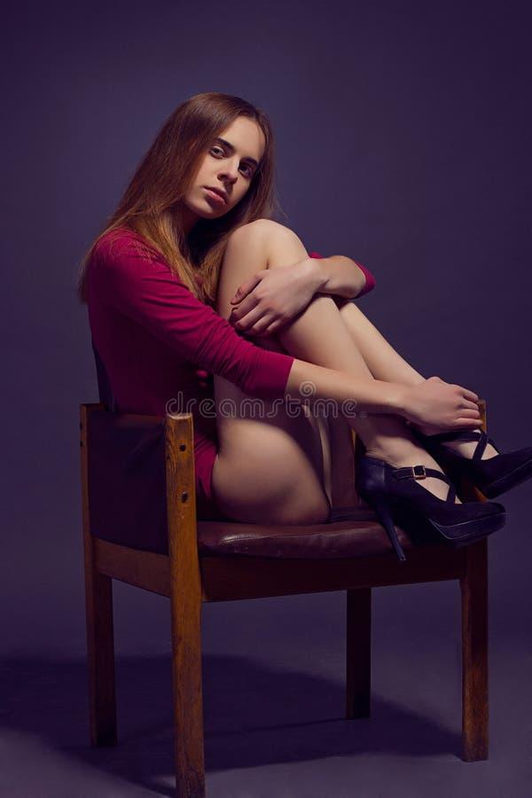 Mulher bonita nova no escarlate dos kombidress Sho do modelo de forma imagens de stock