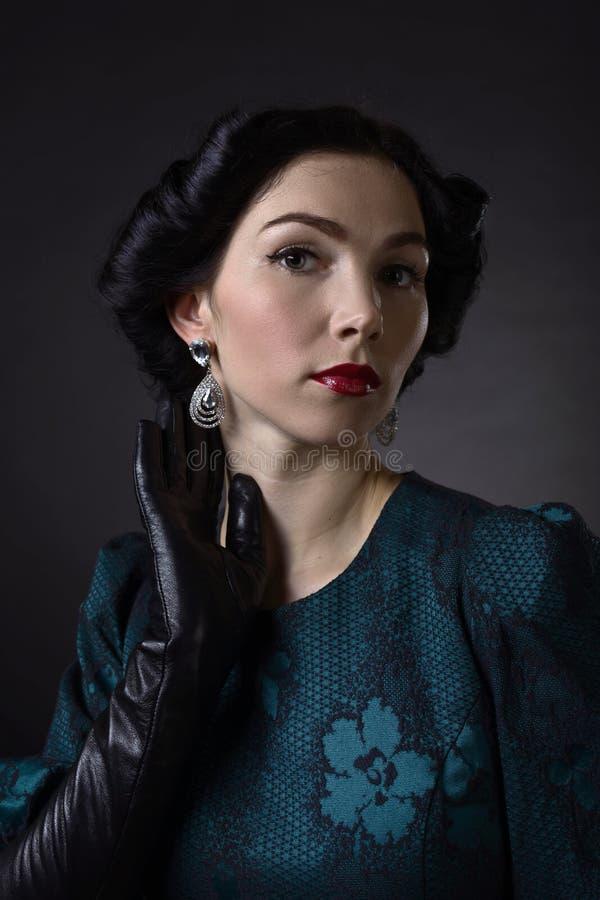 Mulher bonita nova no estilo retro fotografia de stock royalty free