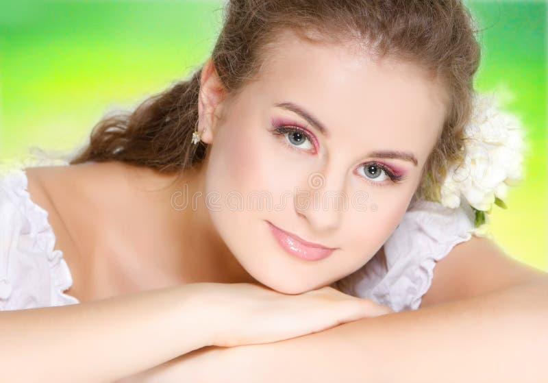 Mulher bonita nova no fundo natural imagens de stock