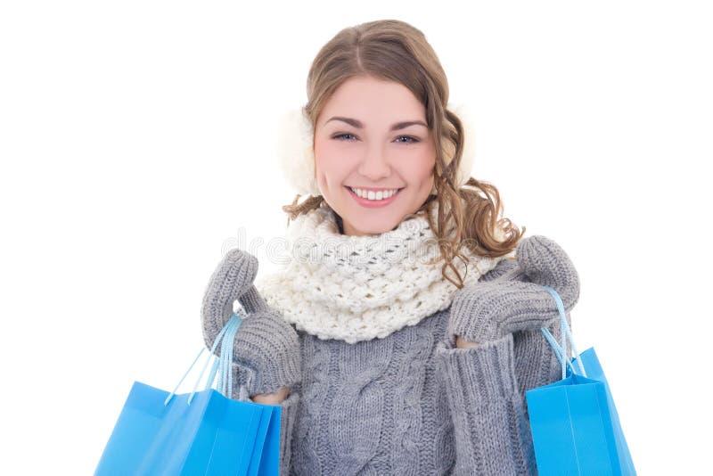A mulher bonita nova no inverno veste-se com isola dos sacos de compras foto de stock