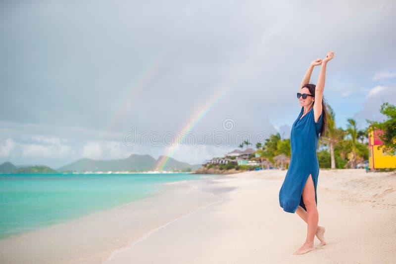 Mulher bonita nova no litoral tropical Menina feliz que relaxa na praia tropical da areia branca imagens de stock royalty free