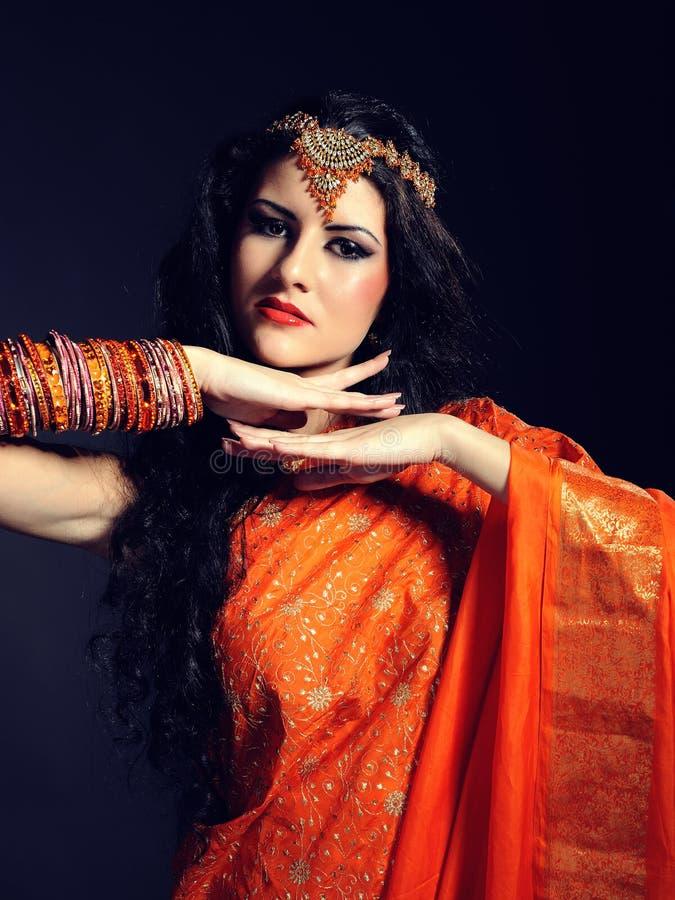Mulher bonita nova no sari tradicional indiano imagem de stock royalty free