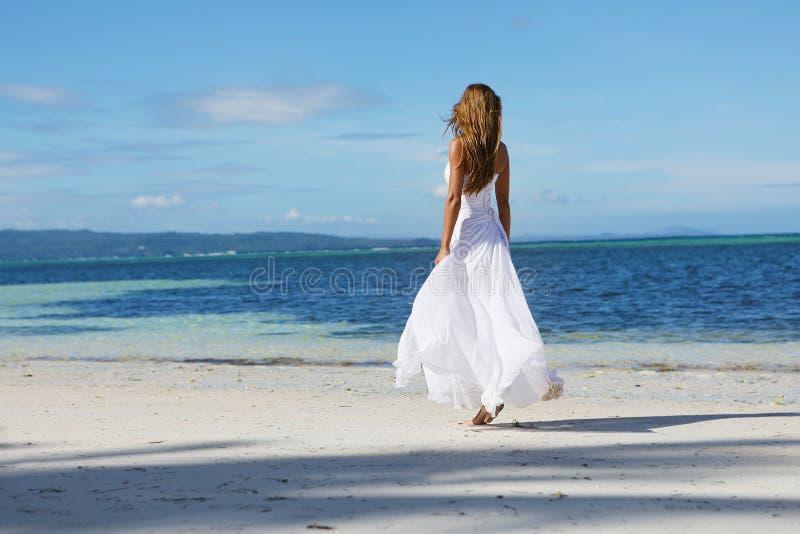 Mulher bonita nova no vestido de casamento na praia tropical foto de stock