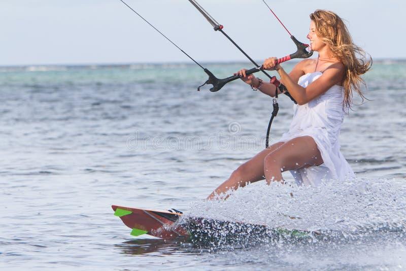 Mulher bonita nova no vestido de casamento que kitesurfing fotos de stock