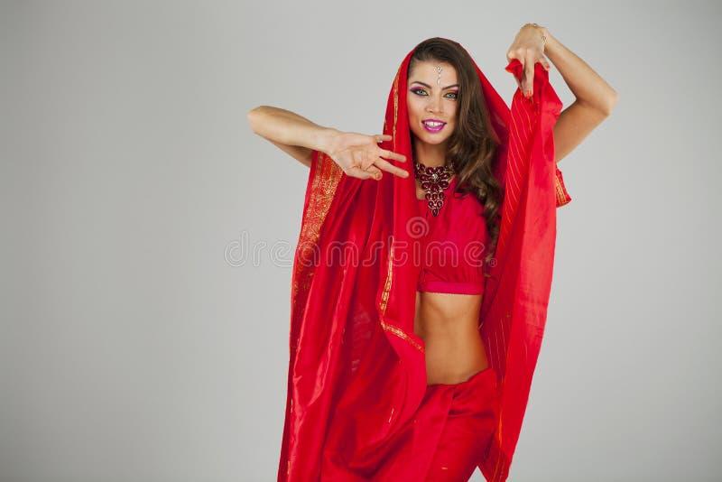 Mulher bonita nova no vestido do vermelho indiano imagem de stock