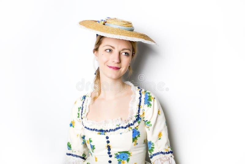 Mulher bonita nova no vestido medieval longo isolado no branco foto de stock