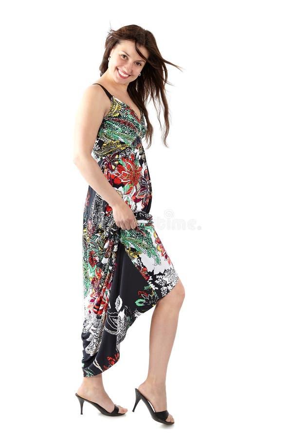 Mulher bonita nova nos sundress com teste padrão de flor colorido fotos de stock