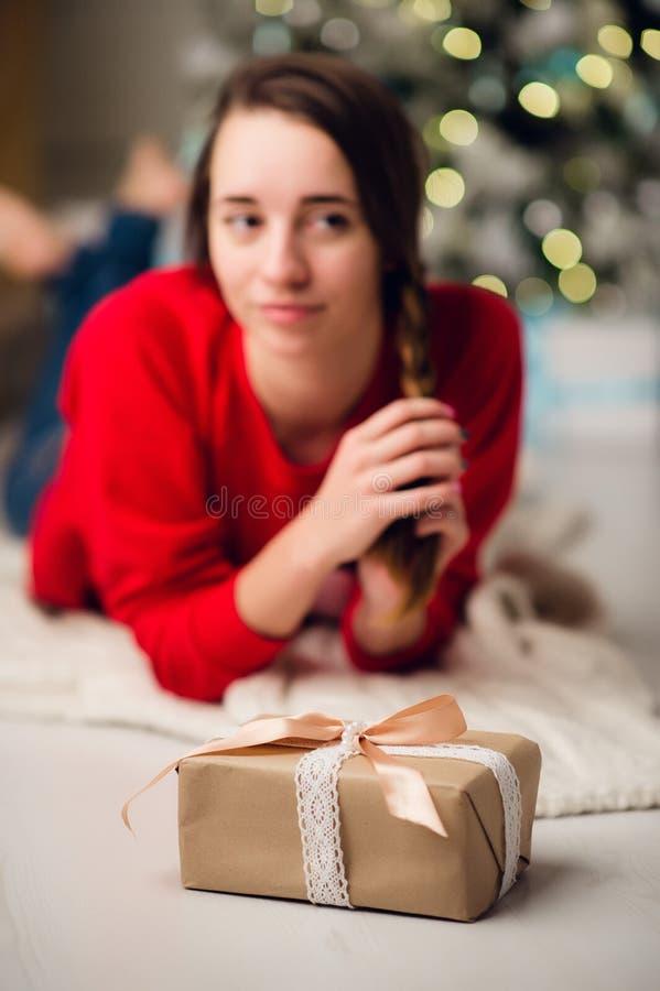 A mulher bonita nova obteve uma caixa de presente Ano novo do conceito, Feliz Natal, feriado, inverno imagem de stock