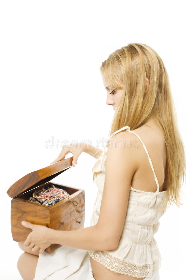 Mulher bonita nova que abre uma caixa de jóia de madeira imagem de stock royalty free