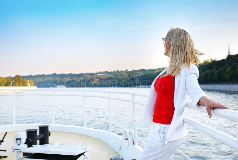 Mulher bonita nova que aprecia a vista na plataforma do navio de cruzeiros imagens de stock
