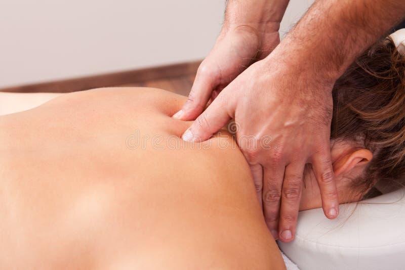 Mulher bonita nova que começ a massagem traseira imagens de stock royalty free
