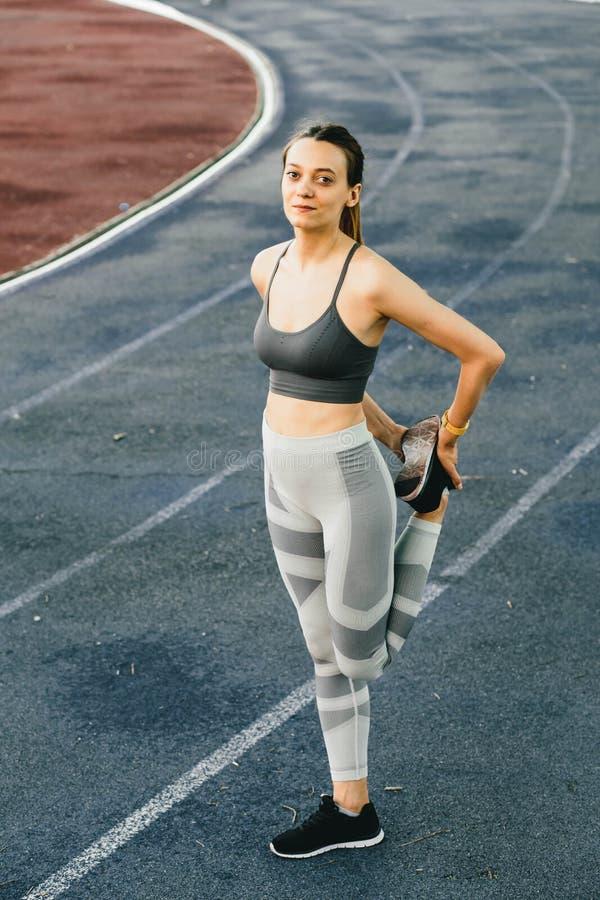 Mulher bonita nova que faz o exercício exterior em New York imagens de stock royalty free