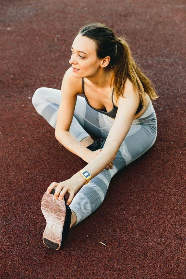 Mulher bonita nova que faz o exercício exterior em New York imagem de stock