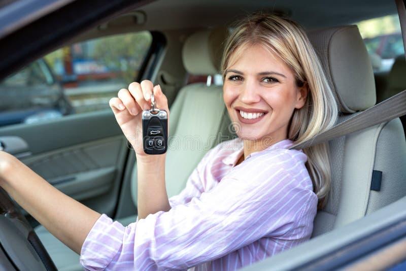 Mulher bonita nova que guarda suas chaves do carro foto de stock royalty free